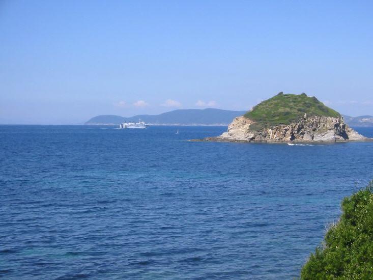 Blick zum Festland von Cavo aus.