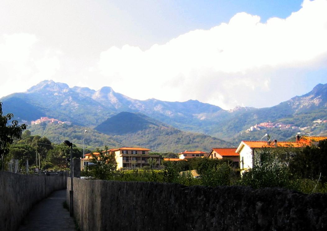 Die Ziele der Wanderung im Hintergrund: Links Poggio, rechts Marciana Alta
