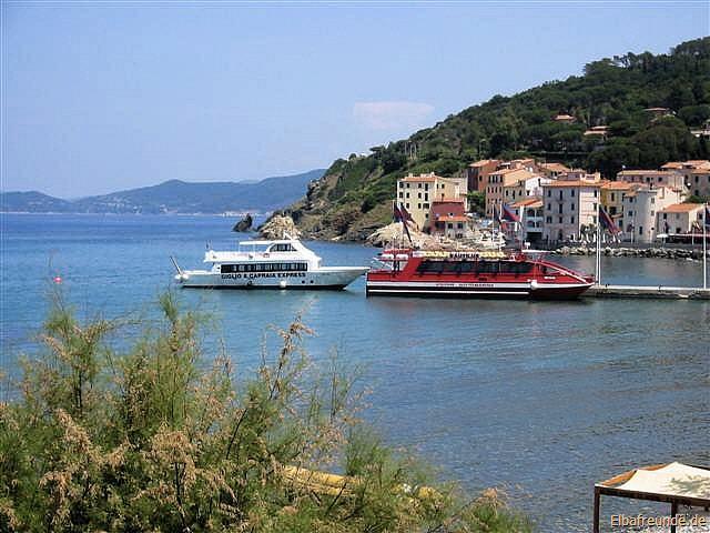 "Ausflugsboote ""Nautilus"" und ""Giglio Capraia Express"" in Marciana Marina"