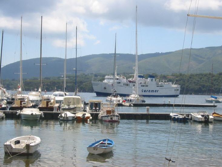 porto_azzurro_-_faehre_im_hafen_lbb.jpg