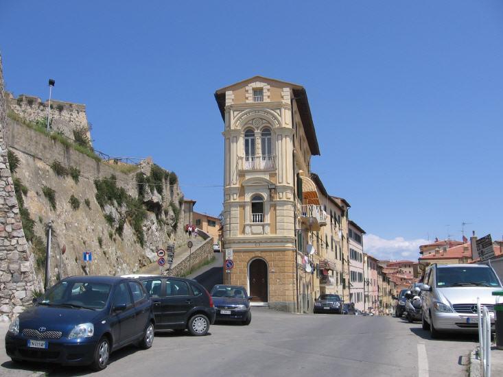 Das vielleicht markanteste Haus von Portoferraio - unterhalb der Festung Forte  Falcone.